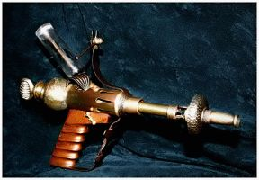 Steampunk raygun by beelzebubby