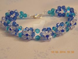 Blue beaded floral bracelet by Quested-Creations