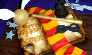 Harry Potter Cake by fallendisasters