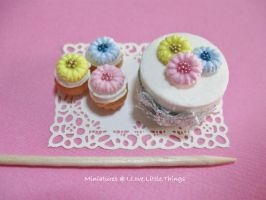 Miniature Daisy Cake n Cupcakes by ilovelittlethings