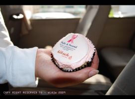 holding cup cake by el-dja