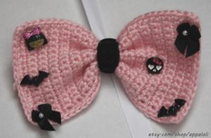 Appaloli: creepy-Cute pink and black Crochet Bow by Appaloli