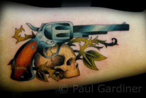 gun and skull by PaulGardiner