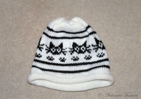 Knitted hat with black cats by lovebiser