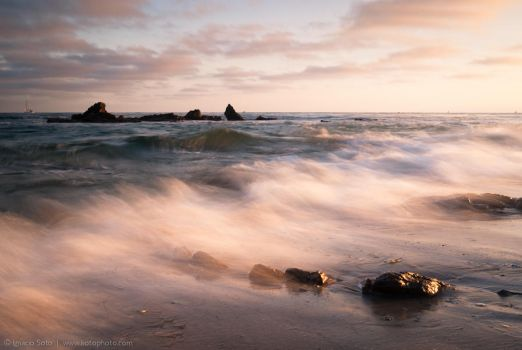 Glow of an incoming wave by isotophoto