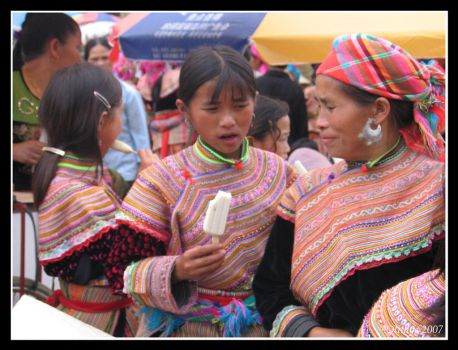 Flower Hmong girls in Bac Ha by Olithys