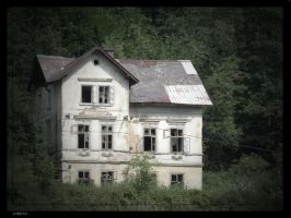 the mysterious broken house by rope-Focus-admission