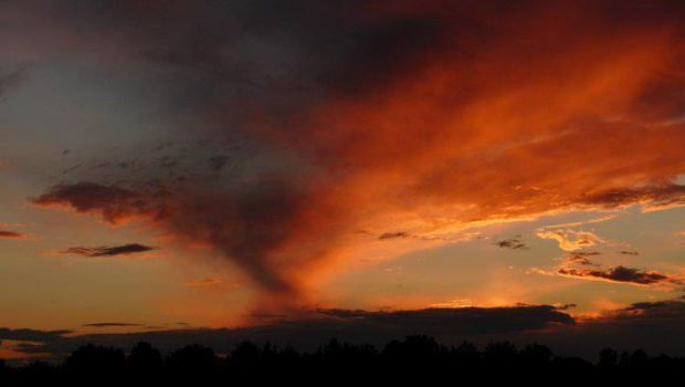 Beautiful sunset sky by Meterious