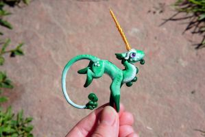 Green Mini Unicorn - Sculpture by Escaron
