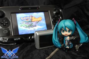 Miku Playing Pkmn Snap by BoboMagroto