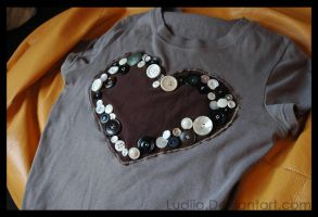 Heart buttons tshirt by Ludjia