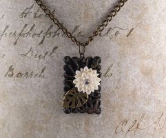 Flower necklace by skuggsida