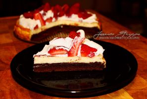 strawberry brownie cheesecake by jessyroseg