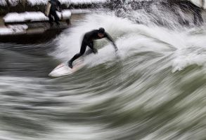 Eisbach Surfer III by vamosver
