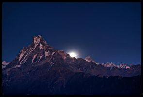 Moonrise over Machapuchari by didumdidum