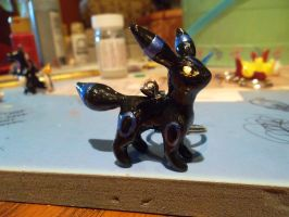 SHINY UMBREON KEYCHAIN by carcaradontalicious