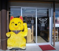 Big and gold  maneki neko Welcome cat by fujihayabusa