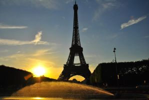 Tour Eiffel and the sun by rainshine21