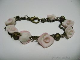 Bracelet with roses by monpetitcoin