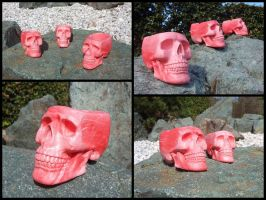 Red marble skull ashtray by LaddeDadde