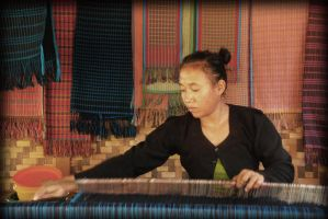 Weaver baduy traditional fabric by miduntramp