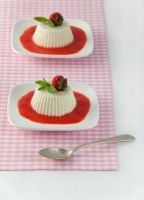 vanilla panna cotta with strawberries by Moramarth